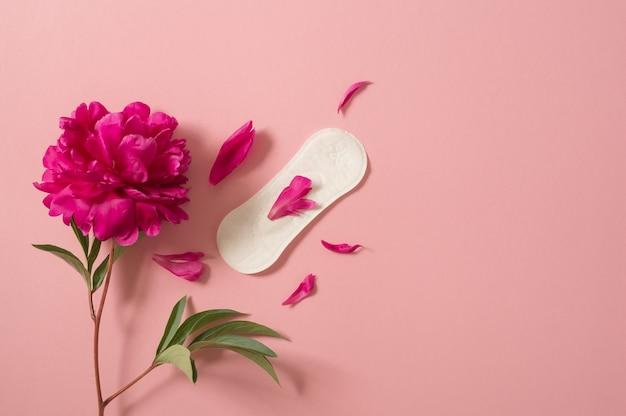 Концепция периода менструации. гигиеническая белая женская прокладка. менструация, защита. Premium Фотографии
