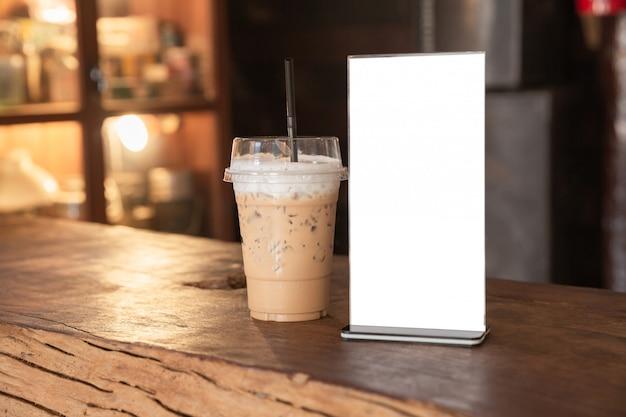 コーヒーショップの木のテーブルの上にメニューフレーム立っています。テキストマーケティングプロモーションのためのスペース 無料写真