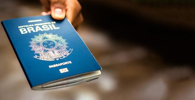 Новый паспорт федеративной республики бразилия - паспорт mercosur на размытом фоне - важный документ для зарубежных поездок. Premium Фотографии