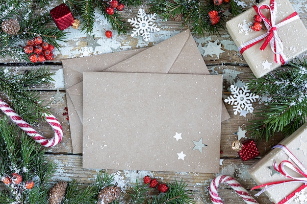 Веселого рождества и счастливых праздников открытка, рамка, баннер. новый год. с новым годом карта со снегом на деревянных фоне. зимняя рождественская праздничная тема. плоская планировка. копировать пространство Premium Фотографии