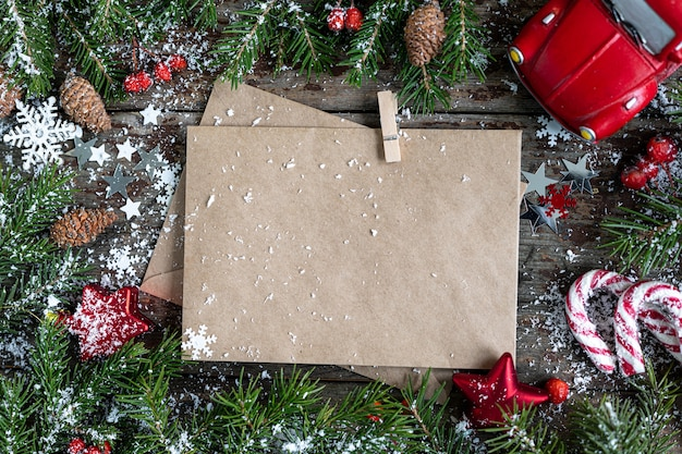 Веселого рождества и счастливых праздников открытка, рамка, баннер. новый год. с новым годом карта со снегом на деревянных фоне. зимняя рождественская праздничная тема. плоская планировка. копировать пространство Бесплатные Фотографии