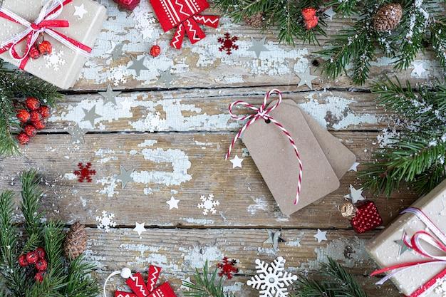 기쁜 성 탄과 해피 홀리데이 인사말 카드, 프레임, 배너. 새해. 나무 배경에 눈 행복 한 새 해 카드. 겨울 크리스마스 휴가 테마. 평평하다. 복사 공간 무료 사진