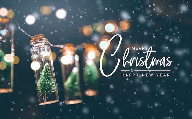 С рождеством христовым и счастливая концепция нового года, конец вверх, элегантная рождественская елка в стеклянном украшении опарника. Premium Фотографии