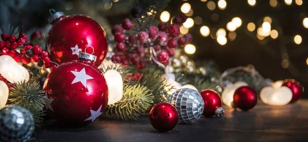 メリークリスマスと新年あけましておめでとうございます、背景のボケ味がぼやけている休日グリーティングカード Premium写真