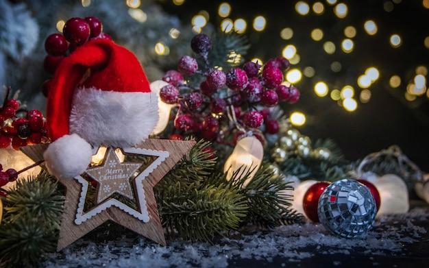 Веселого рождества и счастливого нового года, праздники открытка с размытым фоном боке Premium Фотографии
