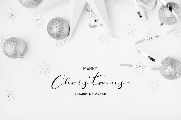 メリークリスマスと新年あけましておめでとうございますは、白いエレガントな背景にシルバーの色調で挨拶します 無料写真