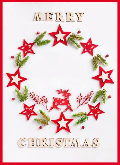 Новогодняя открытка на белой бумаге с надписью merry christmas Premium Фотографии