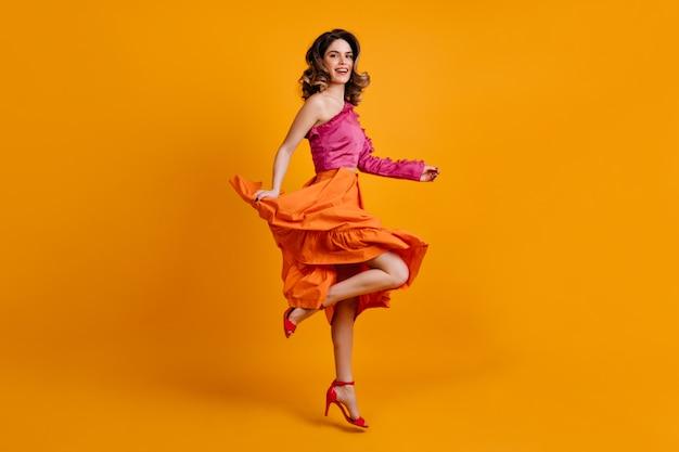 明るいスカートダンスの陽気な女性 無料写真