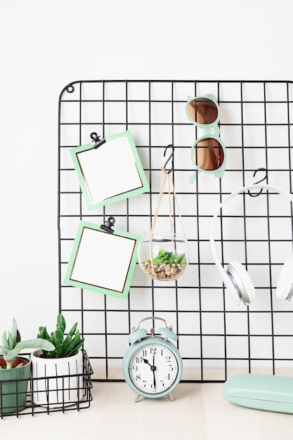 カード、眼鏡、観葉植物のメッシュボード家にいる、家の組織、装飾、計画、スローリビングのコンセプト Premium写真