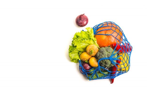 Сетка текстильная сумка, полная смешанных овощей. здоровая пища и концепция нулевых отходов. изолированные на белом. Premium Фотографии