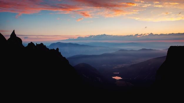 スロベニアのマンガートからの朝の景色の魅惑的な風景。 無料写真