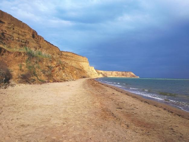 海岸の岩層の魅惑的な風景 無料写真