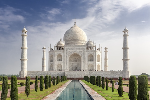 Mesmerizing shot of the famous historic taj mahal in agra, india Free Photo
