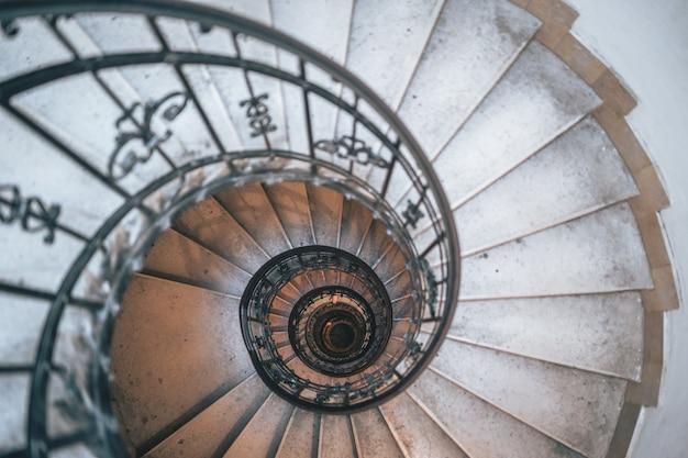 Завораживающий снимок круглой белой лестницы Бесплатные Фотографии