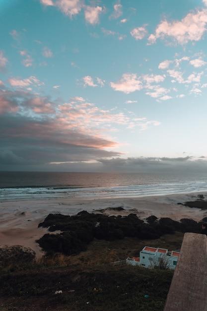 Завораживающая вертикальная картина красивого восхода солнца на пляже в рио-де-жанейро Бесплатные Фотографии