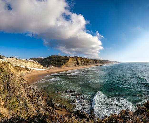 青空の下でロッキー山脈に囲まれた海岸線の魅惑的な景色 無料写真