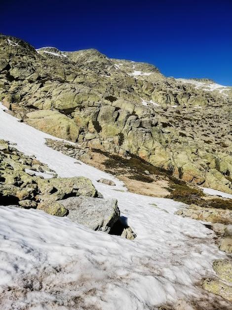 晴れた日に雪に覆われたスペインのペニャーララ山の魅惑的な景色 無料写真