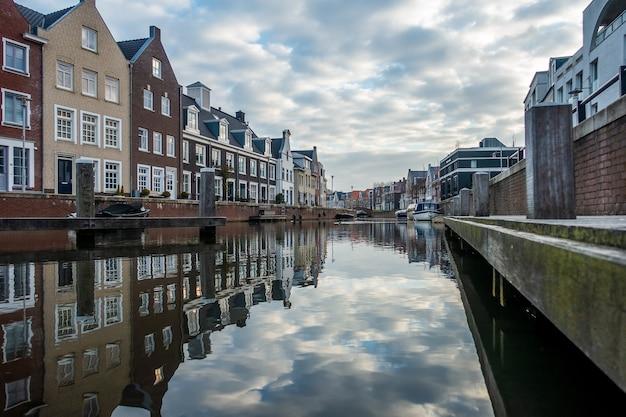 Завораживающий вид на отражение зданий в реке в пасмурный день Бесплатные Фотографии