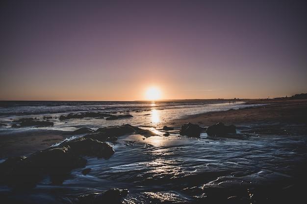 Завораживающий вид на море во время заката Бесплатные Фотографии