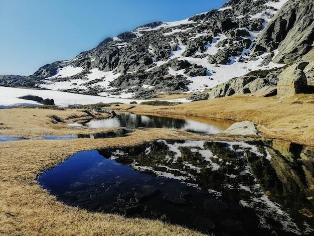 スペインのペニャーララ山の周囲を反映した水の魅惑的な景色 無料写真