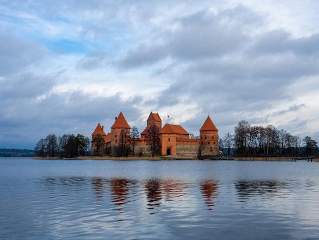 穏やかな水に囲まれたリトアニアのトラカイにあるトラカイ島城の魅惑的な景色 無料写真