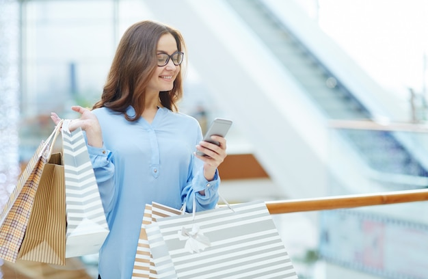 Messaging after shopping Free Photo