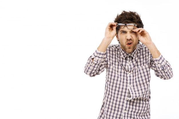 Грязный парень протирает глаза, щурясь, растерянный Бесплатные Фотографии