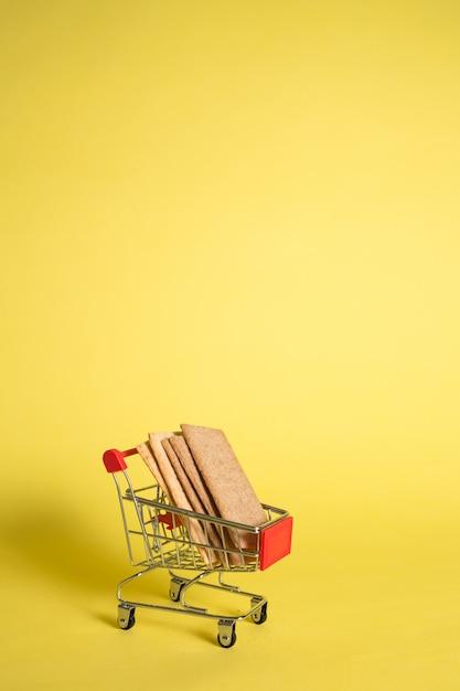 Металлическая корзина с диетическим хлебом на желтом, изолированные с пространством для текста Premium Фотографии