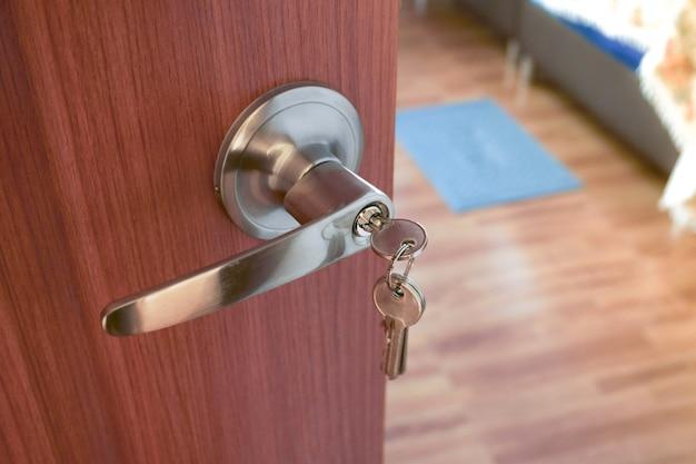 금속 문 손잡이 및 키 근접 촬영, 침실 인테리어 문 손잡이 프리미엄 사진