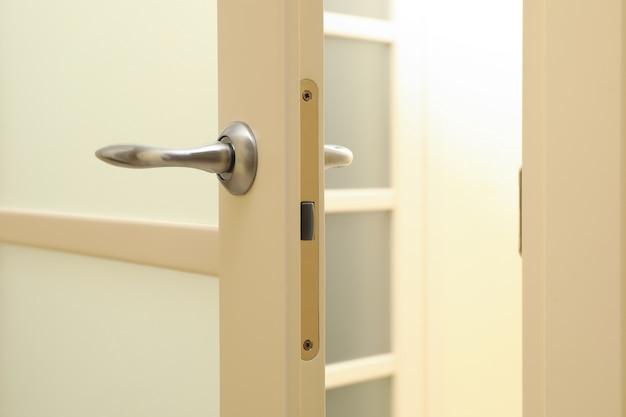 방에 흰색 문 금속 손잡이 프리미엄 사진