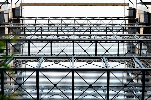 通信する建物間の鋼製通路の金属メッシュ。 Premium写真