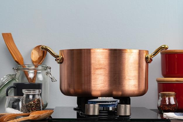 Металлический горшок на газовой плите на домашней кухне крупным планом Premium Фотографии