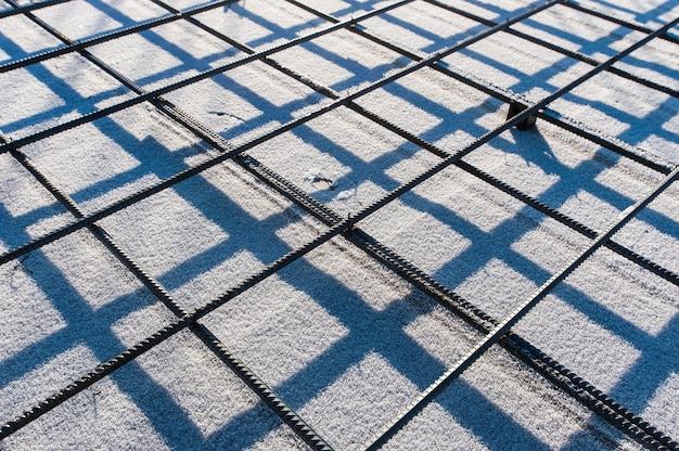Армированная сетка на стройке зимой Premium Фотографии