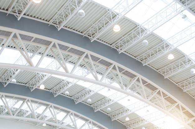 Металлическая крыша интерьеров структура современного здания. Premium Фотографии