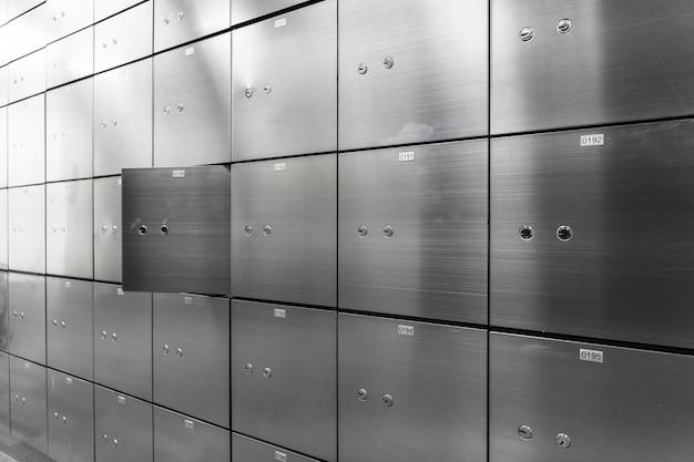 Металлическая сейфовая панель настенная с открытой. концепция безопасности и банковской защиты. Premium Фотографии