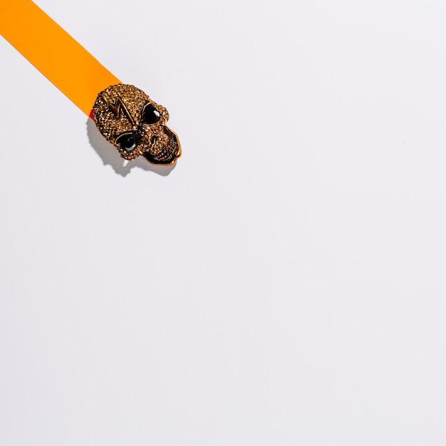 紙のストライプ上の金属の頭蓋骨 無料写真