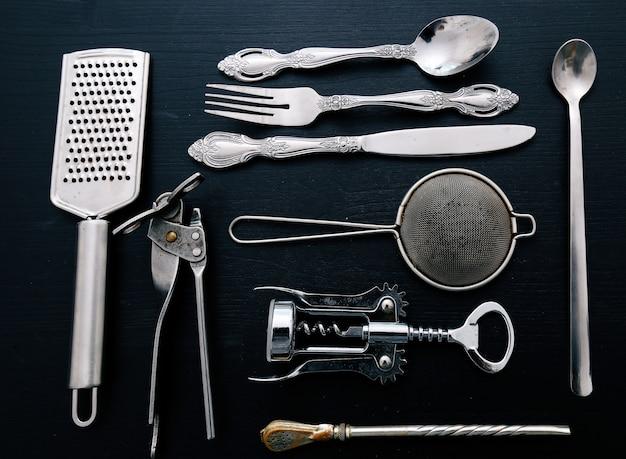 Attrezzatura da cucina metallica sul bancone della cucina Foto Gratuite