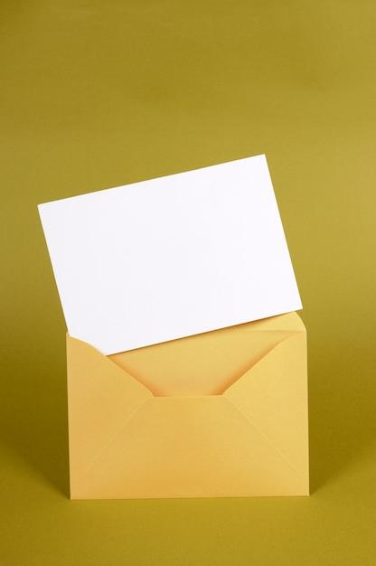 Busta in oro metallizzato con messaggio vuoto o invito Foto Gratuite