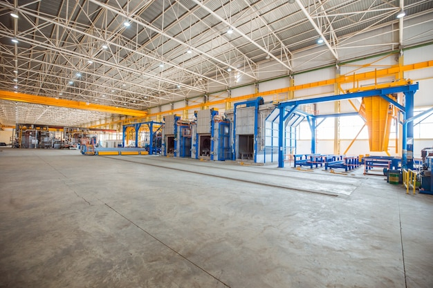 무거운 장비를 갖춘 큰 공장 내부의 금속 오븐. 무료 사진