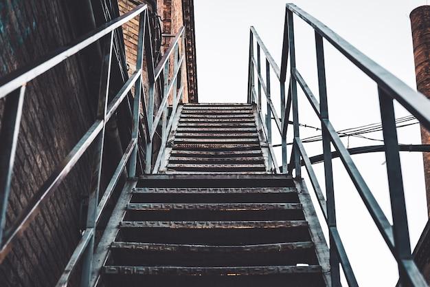 廃工場の金属のさびた階段 Premium写真