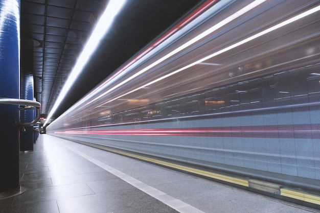 Stazione della metropolitana dove la metropolitana arriva in moto Foto Gratuite
