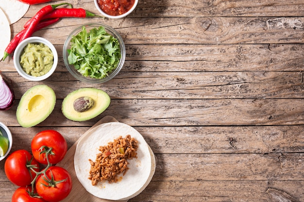 Мексиканские ингредиенты тако на деревянном столе Premium Фотографии