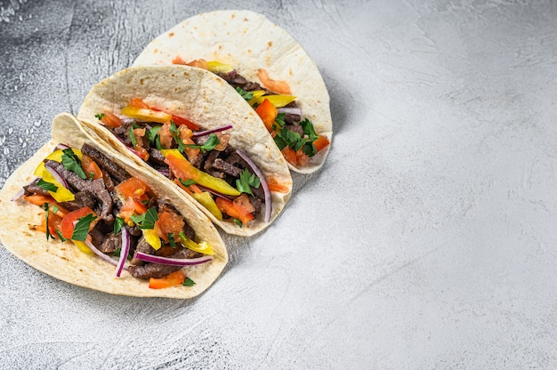 Мексиканские тако с говядиной, луком и сладким перцем Premium Фотографии