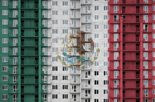 Флаг мексики изображен в красках на многоэтажном жилом здании под строительство. Premium Фотографии