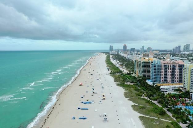 Майами-бич со зданиями справа Бесплатные Фотографии