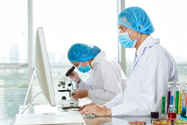 Microbiologists working at modern lab Free Photo