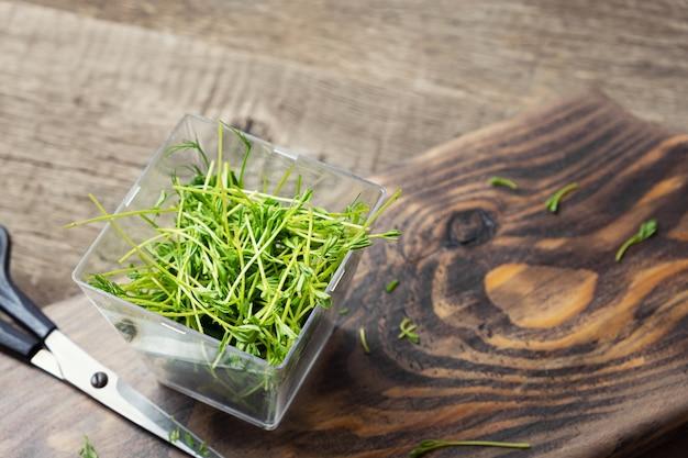 Microgreens. ростки чечевицы на деревянной предпосылке. Бесплатные Фотографии