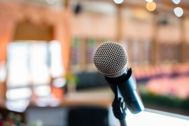 Микрофоны на абстрактном размытом речи в зале для семинаров или фронтальной конференции Premium Фотографии