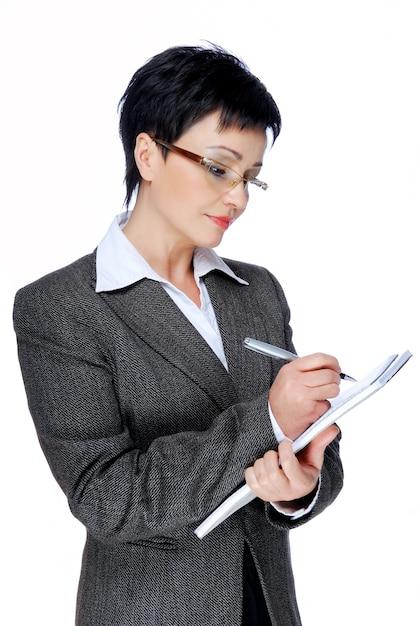 灰色のビジネススーツの執筆中の大人の実業家 無料写真
