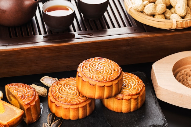 Mid autumn festival chinese traditional pastry mooncake Premium Photo